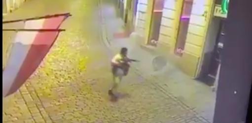 SKYTER: Terroristen dreper tilfeldige perssoner i en gågate i sentrum av Wien